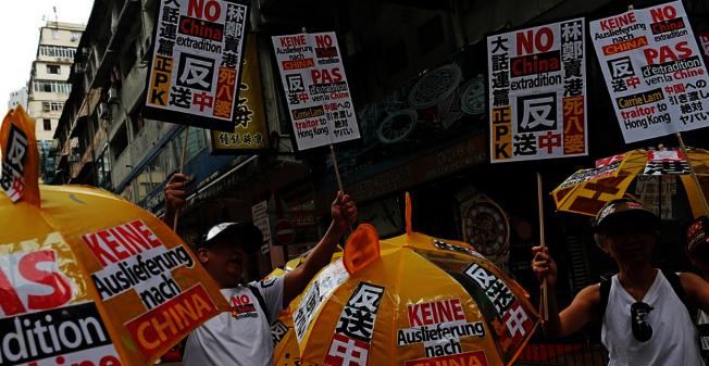 港人反對港府修改「遣返修例」,9日出動上街頭大遊行抗議。(路透)