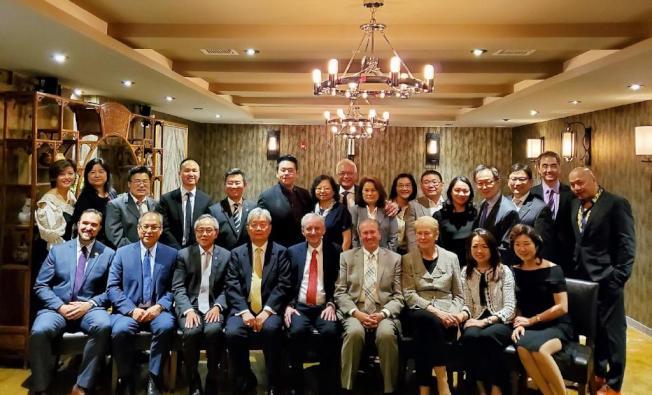 中華牙醫學會年度晚宴特別邀請紐約大學現任牙醫系院長Dr. Charles Bertolami(前右五)擔任嘉賓並報告將為社區服務的新計劃。