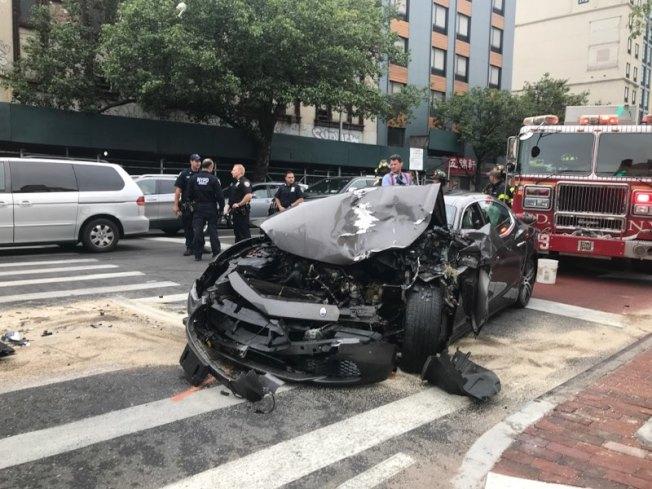 華人駕駛瑪莎拉蒂在北方大道撞擊MTA公車。(讀者提供)