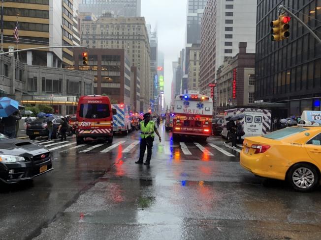 一輛直升機10日撞上位於第7大道787號的曼哈頓大樓。(記者張晨/攝影)