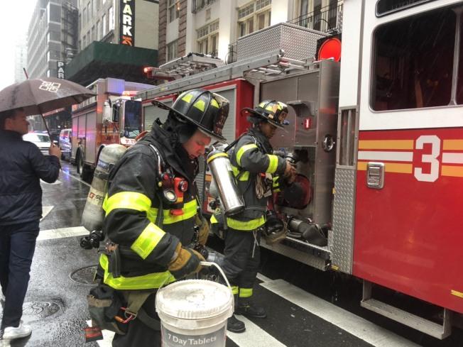 消防隊出動搜救。(記者張晨/攝影)