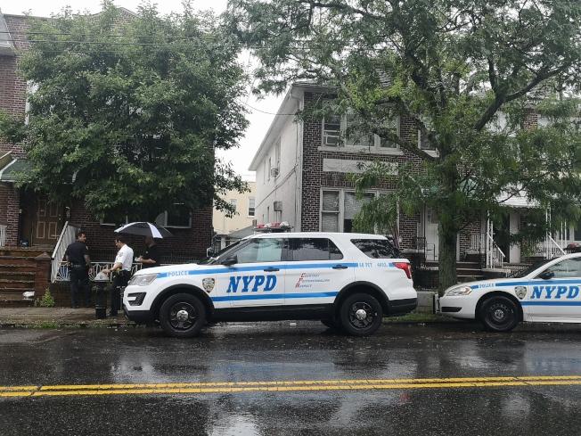 警方正在被劫房屋附近展開調查。(記者黃伊奕/攝影)