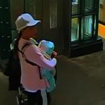 女子手抱嬰兒 照闖皇后區地鐵打人