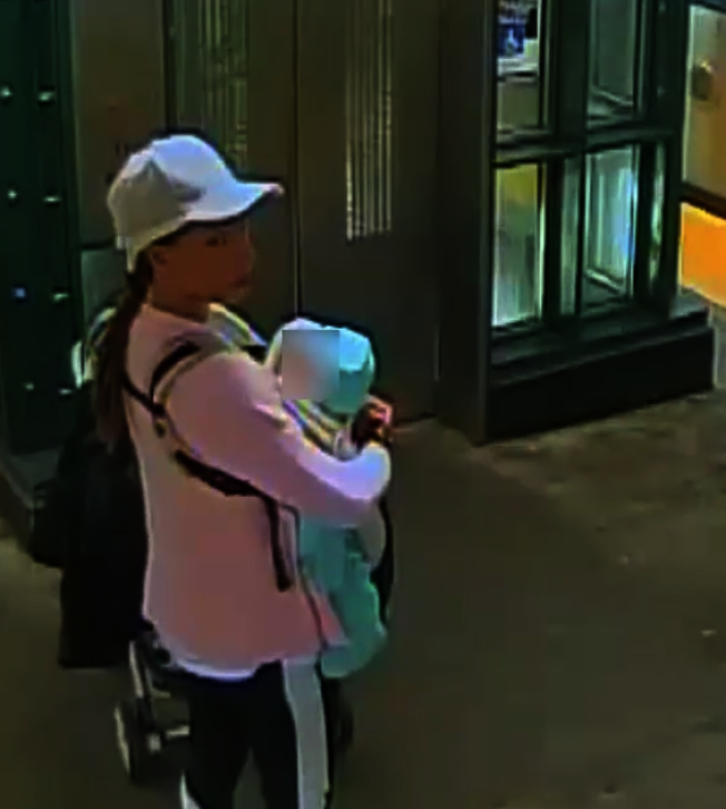 圖中女子涉嫌在地鐵站內攻擊他人。(警方提供)