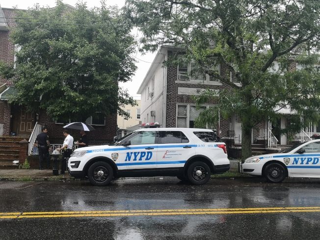 警方在被劫的房屋附近展開調查。(記者黃伊奕/攝影)
