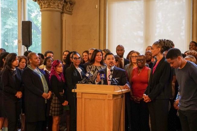卡蘭扎(發言者)10日宣布,將採納由「學校多元化顧問小組」提出的62項建議。(取自市教育局推特)