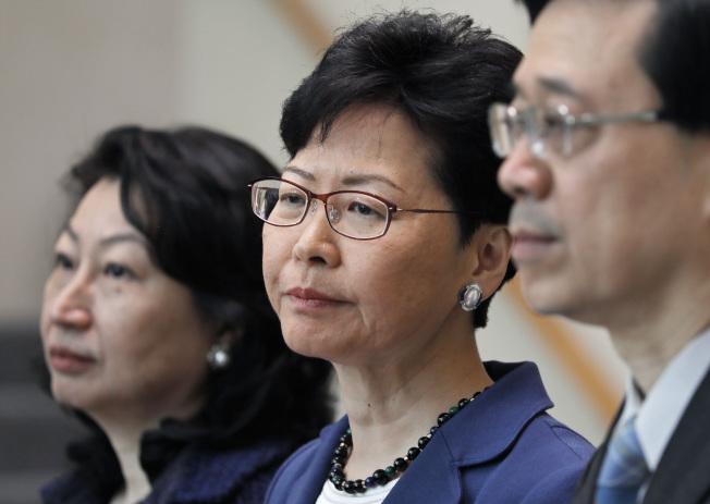香港行政長官林鄭月娥(中)無視前一天百萬港人上街頭反對送中條列,10舉行會表示仍要在立法會12日強行二讀。(路透)
