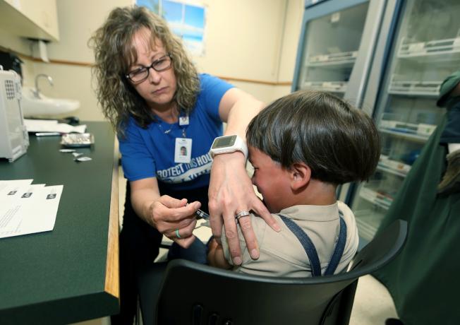 聯邦疾病防治中心的資料顯示,美國的麻疹爆發後,感染人數已突破千人大關。圖為一名男童接種麻疹疫苗。(美聯社)