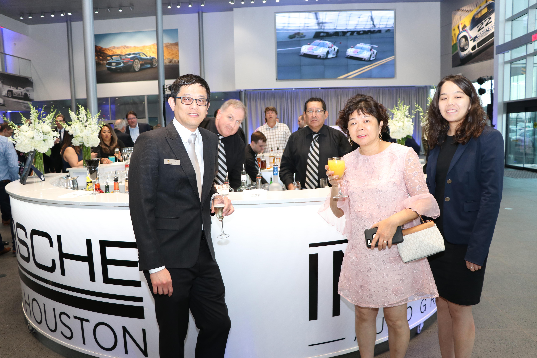保時捷銷售大使許一凡(Efan Hsu,左)親切迎接客人參觀保時捷。