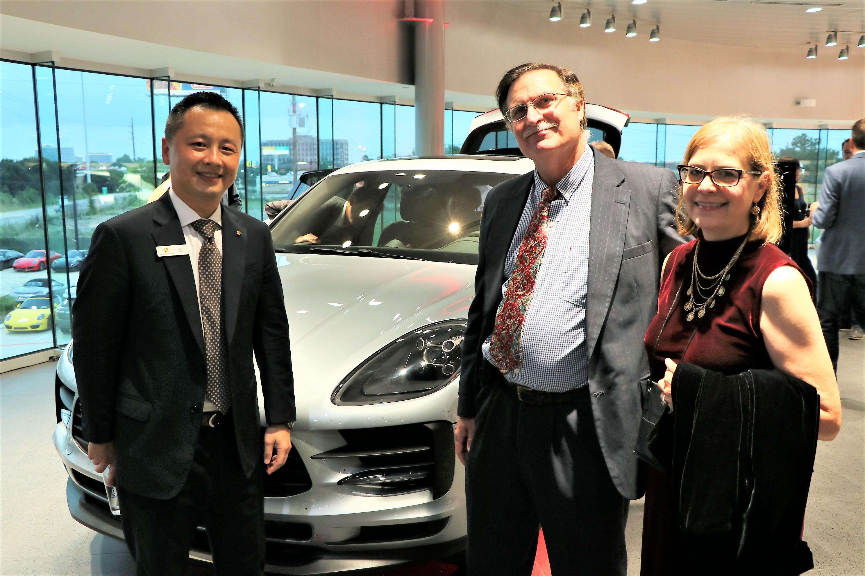 銷售高級車的傳奇人物Dan Kao(左)向來賓介紹Macan的各種性能。