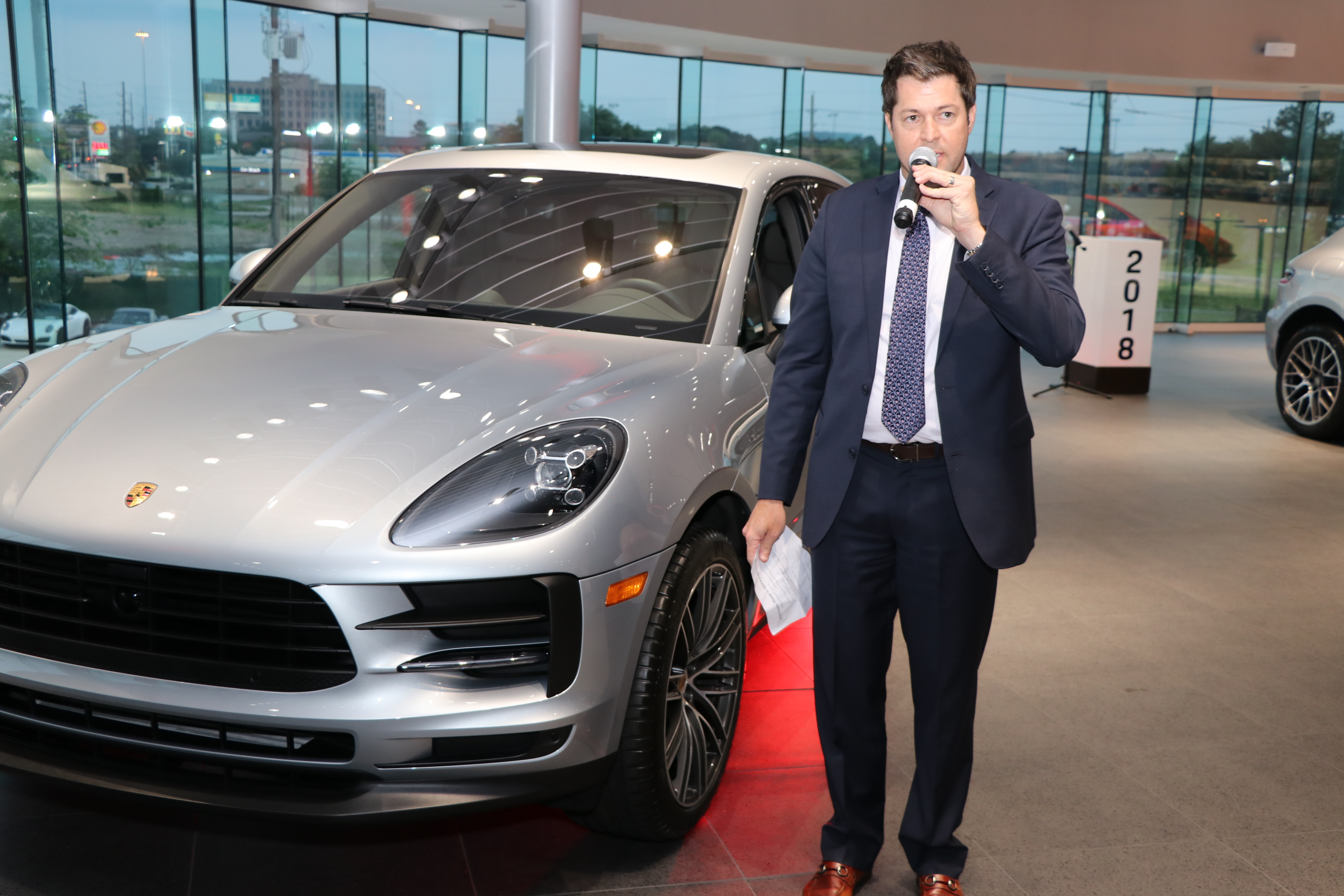 Porsche North Houston負責人Billy Bennett為所有車迷介紹改款後的Macan及其親民的價格。