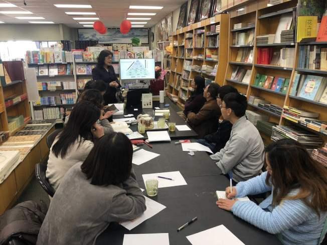 理財專家鄭莉容在聖地牙哥舉行「全球華人理財實操寶典」新書發表會。(記者陳良玨╱攝影)