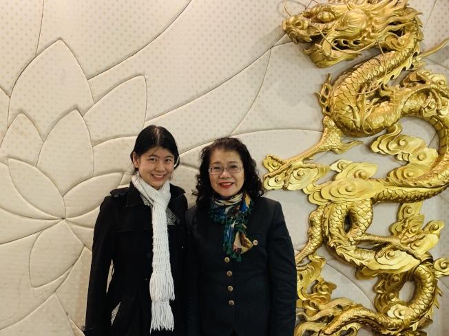 理財專家提及華人理財常走彎路,並提出建議和方法。圖為鄭莉容(右)與她女兒盈盈合影(記者陳良玨╱攝影)