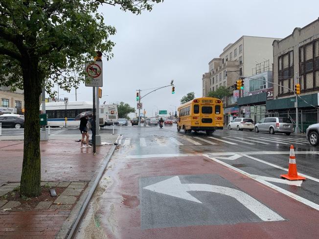 西向北方大道交緬街路口限制私用車左轉,但不時仍有車輛違規。(記者賴蕙榆/攝影)