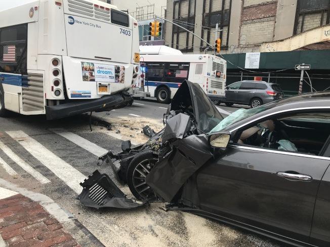 一名華人駕駛瑪莎拉蒂追撞前方的MTA公車,車頭全毀。(讀者提供)