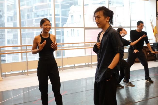 趙明(左)和紀托演出兄妹失散18年後重逢場景。(記者金春香/攝影)