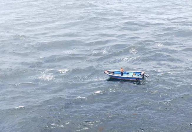 念星華和小船一起漂在海上。(取材自澎湃新聞╱受訪者供圖)