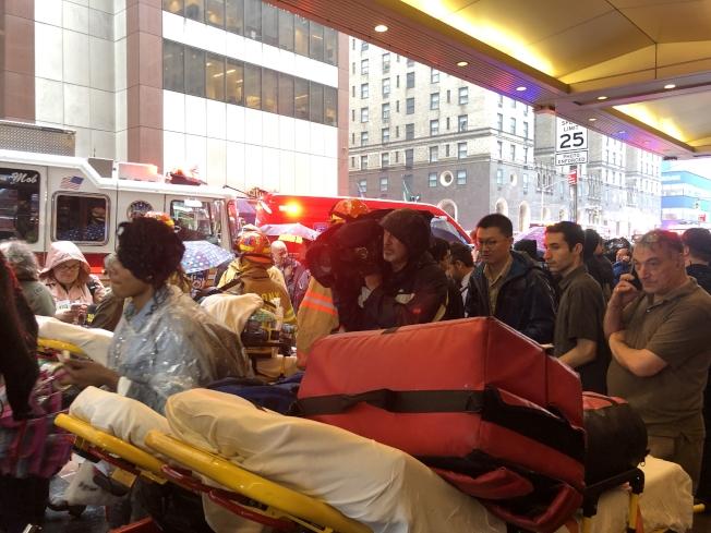 救援人員與周邊疏散的民眾遊客,一度將街道擠得水洩不通。(記者張晨/攝影)