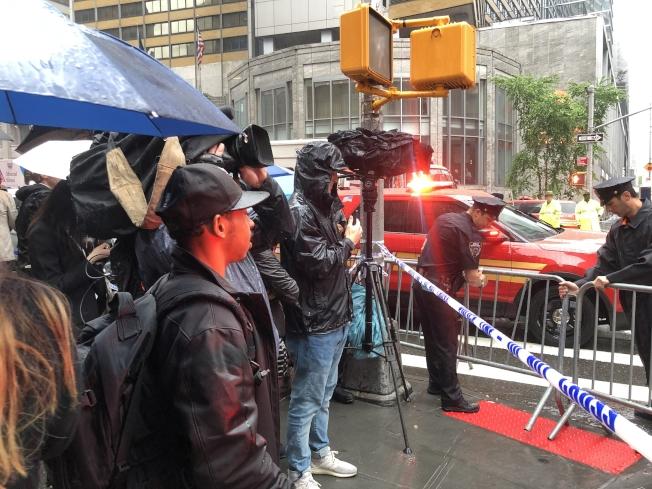 站在警戒線外的民眾,一度非常緊張。(記者張晨/攝影)