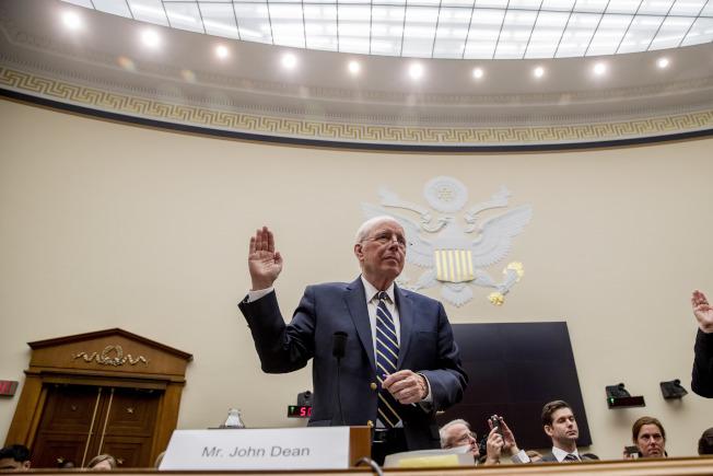 前尼克森總統白宮法律顧問狄恩(John Dean)10日在眾院司委會上作證,協助民主黨調查川普總統。(美聯社)