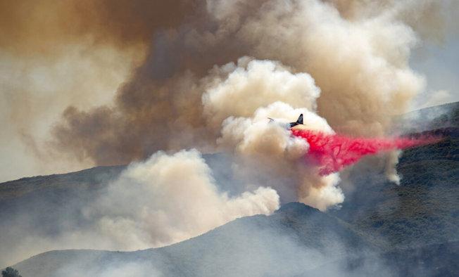 北加州與灣區周末發生多起山火,其中以宇洛縣的桑德大火最大。(美聯社)