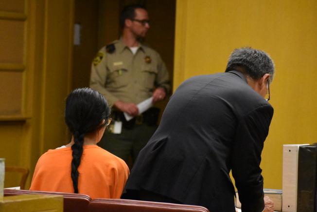 留長髮的程家女兒,被押回舊金山首度出庭,旁為其辯護律師尤馬尼。(記者李秀蘭/攝影)