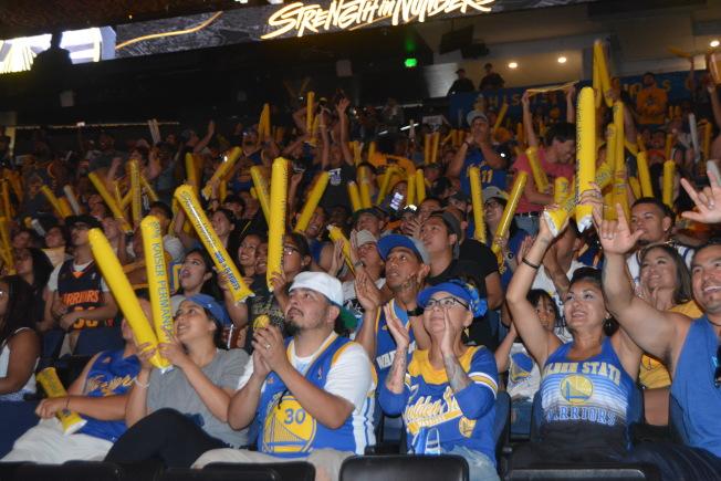 球迷在大聲為勇士吶喊。(記者劉先進/攝影)