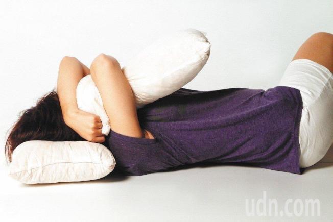美國醫學會內科醫學期刊(JAMA Internal Medicine)新研究顯示,女性開燈或電視睡覺,體重增加的風險可能會升高。報系資料照片