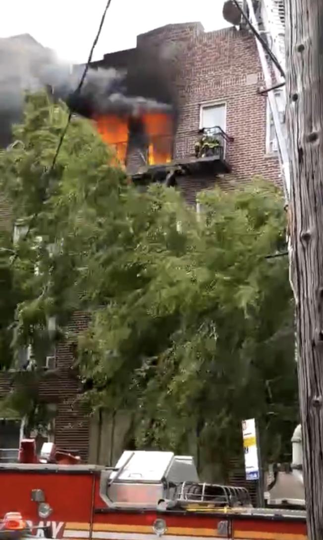 8大道一間公寓11日早上發生火災,至少五人受傷。(讀者提供)