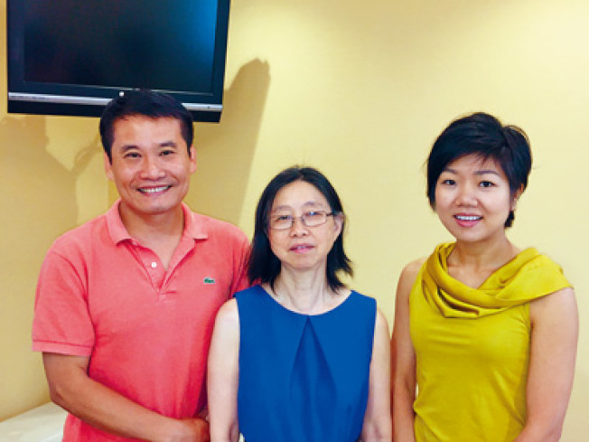 東方聽力中心3位聽力學博士郭志勇(左起)、郭晶及郭嫡雅,為患者提供最佳治療方案。
