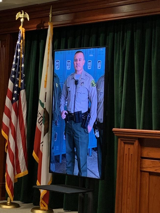 洛杉磯縣警局召開記者會宣布頭部中彈性命垂危的洛縣警察是50歲的Joe Solano,目前仰賴呼吸器維生。(記者陳開/攝影)