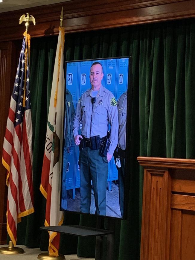 洛杉矶县警局召开记者会宣布头部中弹性命垂危的洛县警察是50岁的Joe Solano,目前仰赖呼吸器维生。(记者陈开/摄影)