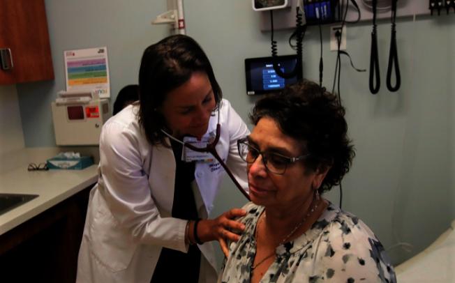 據新發表的報告,麻州有1/5病患過去五年內曾遇醫療錯誤。圖為加州醫生為患者做檢查。( 美聯社)
