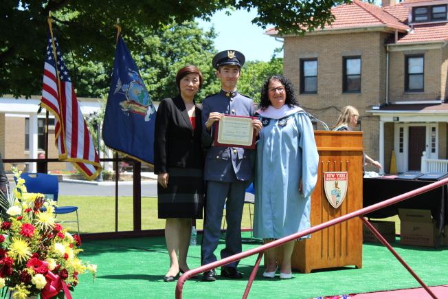 紐約軍校在校內舉辦第129屆畢業典禮,前排左為張潔。(記者劉大琪/攝影)