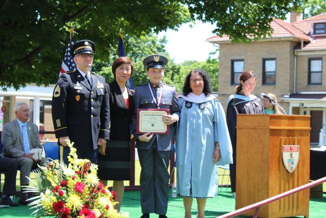 紐約軍校在校內舉辦第129屆畢業典禮,前排左二為張潔。(記者劉大琪/攝影)