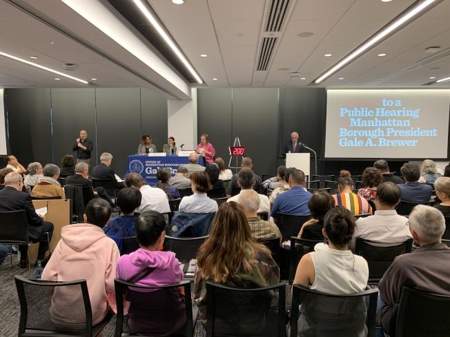 曼哈頓區長高步邇11日在佩斯大學就市府在曼哈頓白街124-125號建社區監獄的計畫舉行公聽會。(記者和釗宇/攝影)