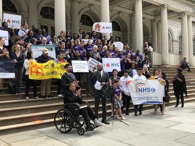 市議員和維權組織籲市府提供1000萬元資金提供買房服務。(記者金春香╱攝影)