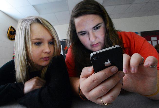 越來越多學校教師、家長和醫療專家與研究人員認為,智慧手機逐漸成為學生焦慮的主因之一。(美聯社)
