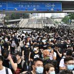 反「送中」 香港萬人包圍立法會 二讀開議前宣布延期