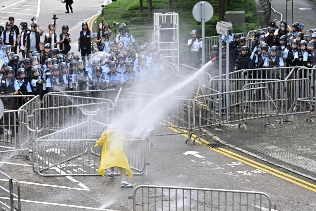 香港警方出動水砲驅離一名不肯離開的示威者。(Getty Images)