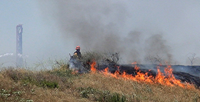破紀錄的熱浪席捲美西,由於天乾物燥,加州部分地區已引發野火。圖為野火逼近加州聖塔克拉里達一座遊樂園。(美聯社)