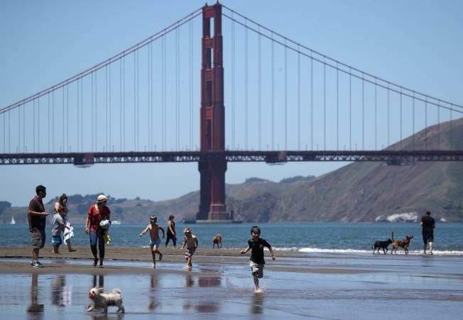 破紀錄高溫席捲美西,圖為加州舊金山民眾在海邊戲水消暑。(Getty Images)