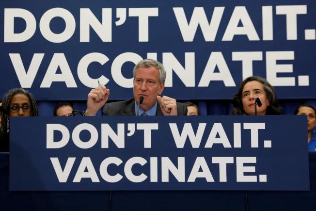 紐約市長白思豪一再呼籲全市學童及高危險社區民眾注射麻疹疫苗。(路透)