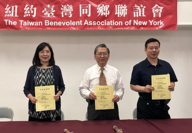 王盈蓉(左起)、胡師功、孫家祥歡迎民眾參加社區醫療講座。(記者朱蕾/攝影)