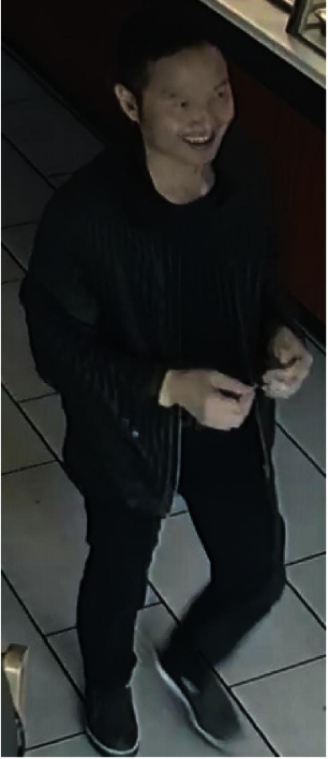 該男子涉嫌用假金條騙錢。(警方提供)