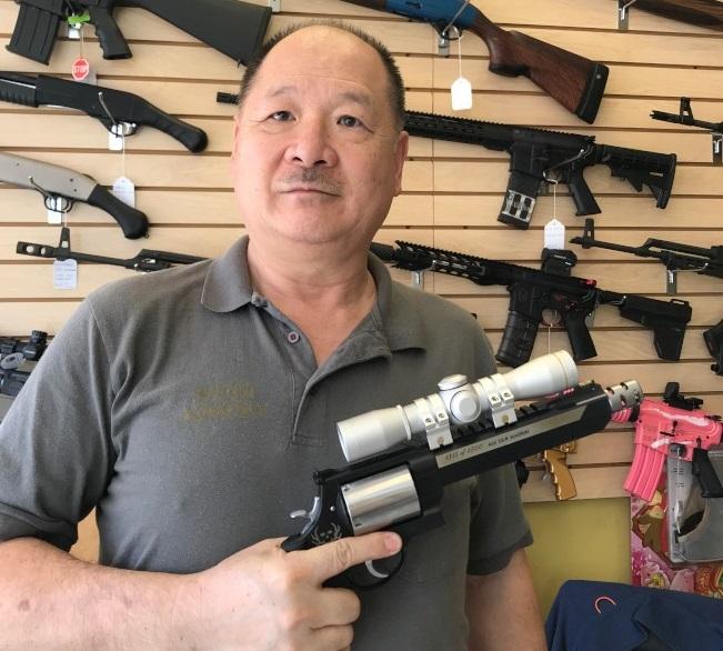 中國城槍店負責人郭立支災難後一周可公開持槍的法案,圖為郭立持有0.46 S&W Magnum限量版左輪手槍。(記者封昌明/攝影)