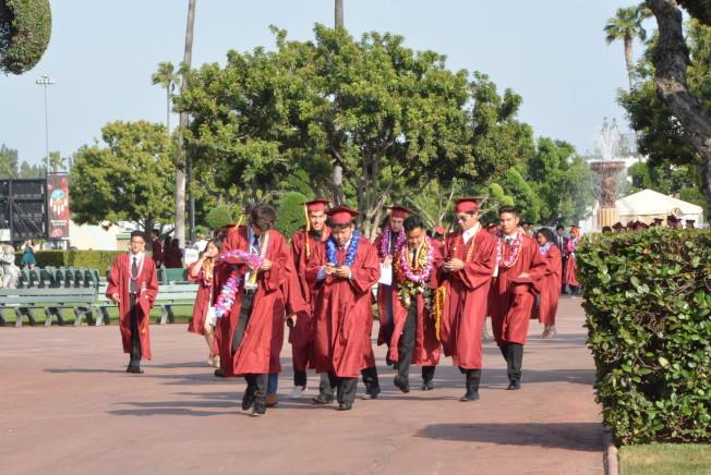 亞凱迪亞高中畢業生們意氣風發走向典禮會場。(記者丁曙/攝影)