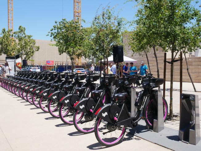 聖荷西市政廳旁的電動自行車一字排開。(記者梁雨辰/攝影)