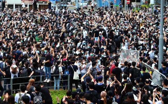 香港立法會12日二讀辯論「逃犯條例」,上萬香港民眾聚集在立法會外,他們拆掉圍欄,占領主要道路。(特派記者王騰毅/攝影)