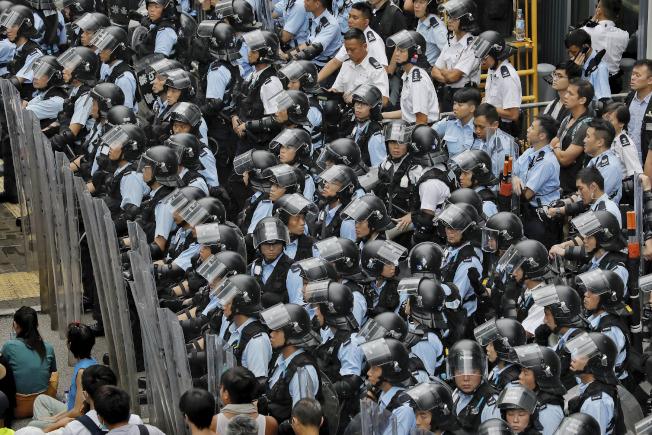 香港特區政府出動鎮暴警察,層層保護立法會。(美聯社)